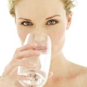 femme-buvant-eau