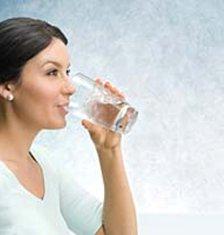femme-qui-boit-eau-adoucie