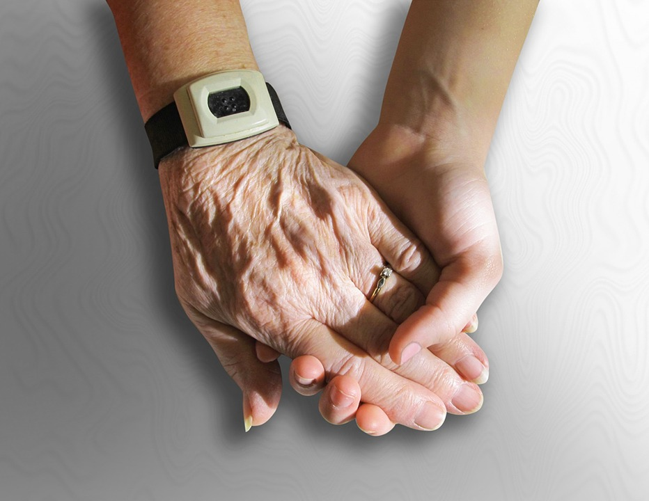mains-jeune-senior