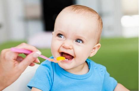 Premières dents de bébé : comment gérer les repas et les menus ?
