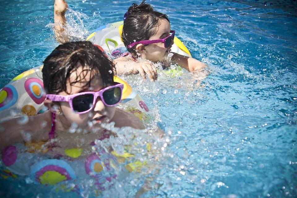 Enfants qui se baignent en portant des lunettes de soleil