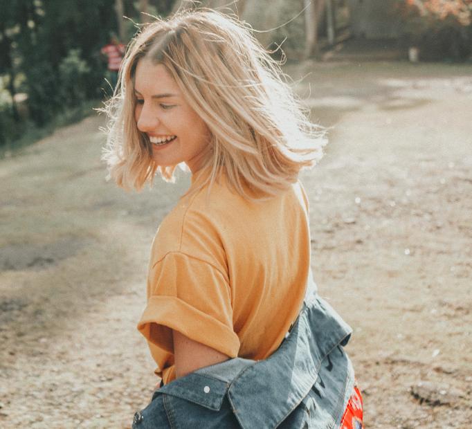 Jeune femme heureuse en train de rire