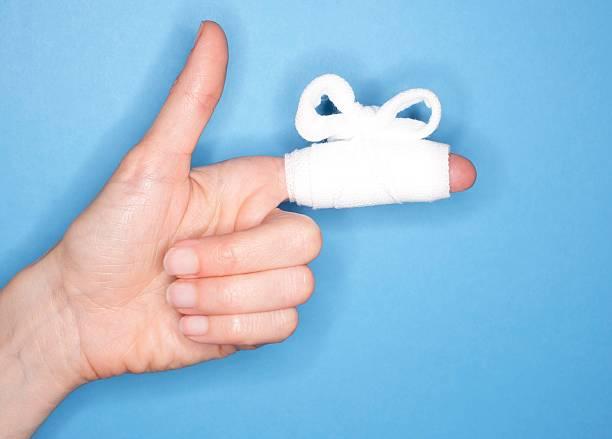 Jeune femme avec un bandage autour du doigt à cause d'une coupure