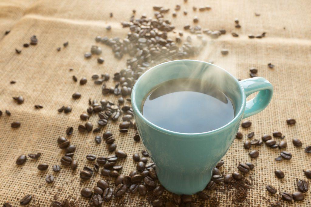Grains et tasse de café sur une table
