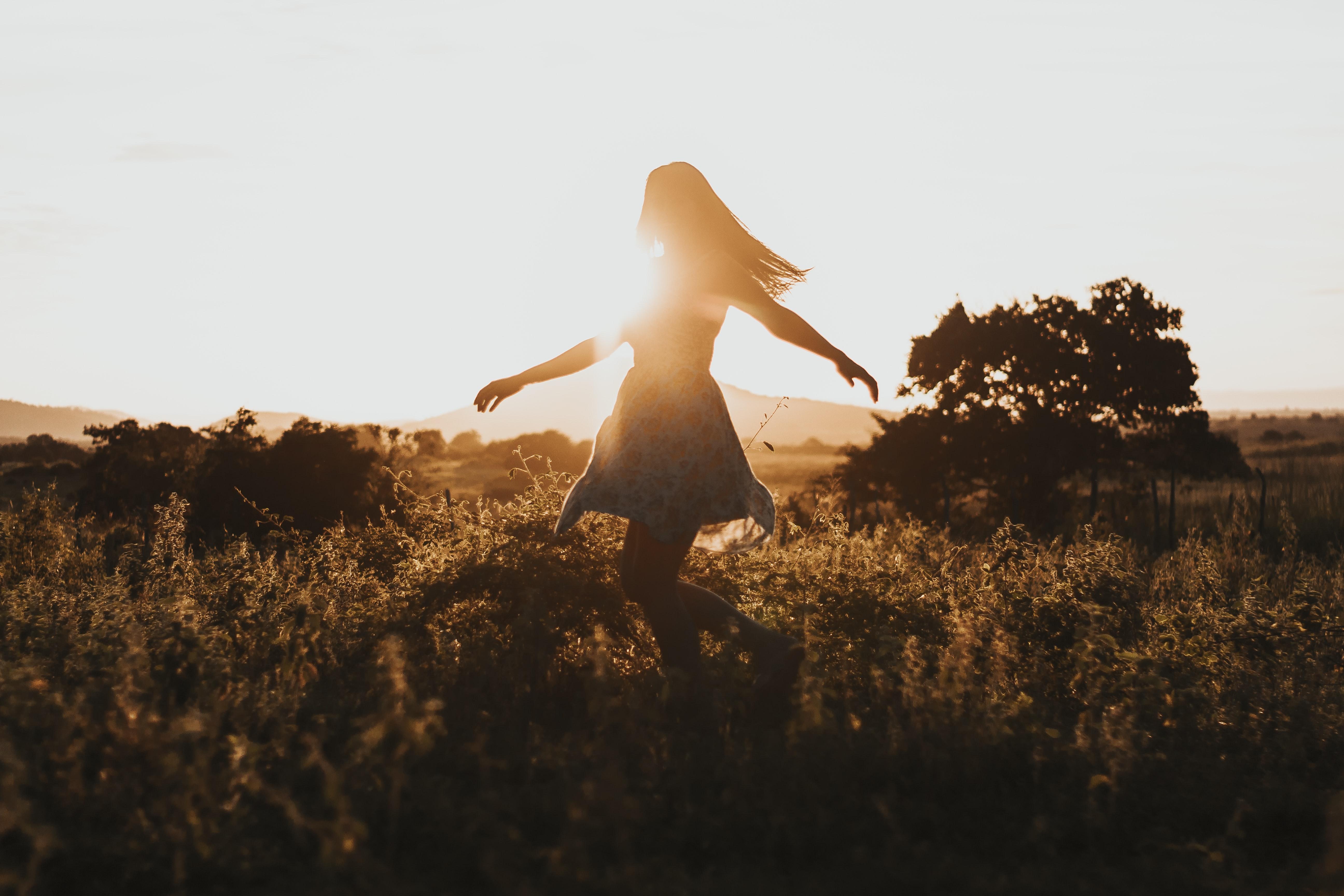 Une femme dans un champ au crépuscule